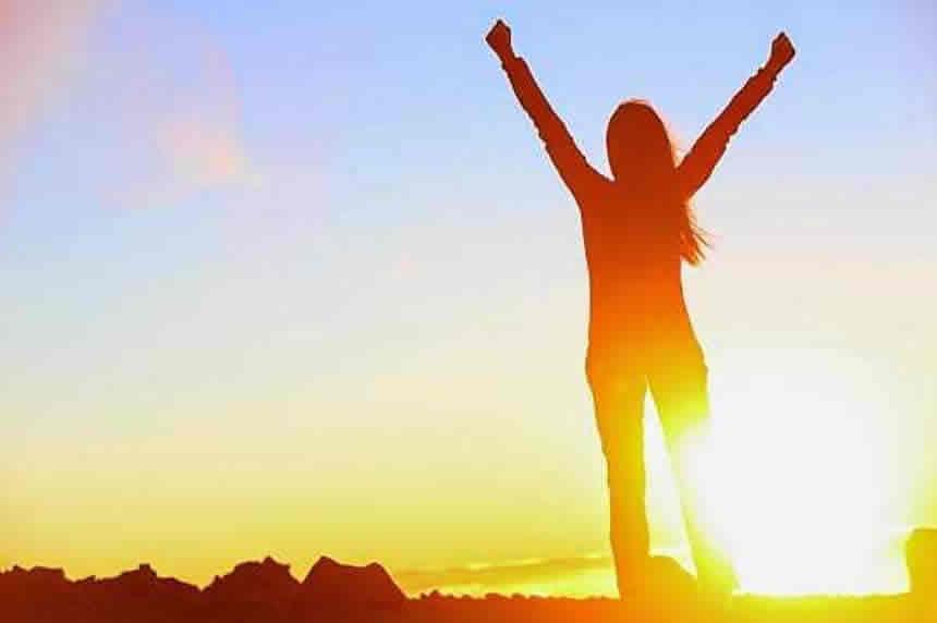 imagem com uma mulher de braços erguidos comemorando o sucesso
